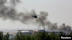 Trực thăng Mi-24 của Ukraine oanh kích để chiếm lại quyền kiểm soát phi trường của thành phố Donetsk, ngày 26/5/2014.