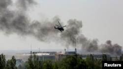 Phi cơ trực thăng Mi-24 của quân đội Ukraine oanh kích mục tiêu của các phần tử nổi dậy tại phi trường quốc tế Donetsk