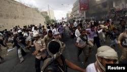 23일 예멘 남서부 도시 타이즈에서 후티 반군에 대항하는 시위대가 후티 반군의 공습을 피해 달아나고 있다.