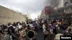 អ្នកតវ៉ាដែលប្រឆាំងនឹងក្រុម Houthi រត់ ខណៈដែលក្រុមប៉ូលិសដែលគាំទ្រក្រុម Houthi ធ្វើការបាញ់ទៅលើអាកាសដើម្បីបំបែកពួកគេនៅក្នុងក្រុង Taiz ភាគខាងត្បូងនៃប្រទេសយេម៉ែន កាលពីថ្ងៃទី២៣ ខែមីនា ឆ្នាំ២០១៥។
