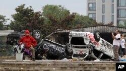 Xe cảnh sát bị hư hại tại Quảng trường Taksim ở trung tâm Istanbul sau các vụ biểu tình, ngày 2/6/2013.