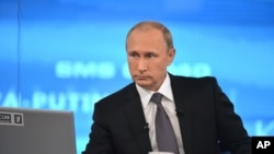 Tổng thống Nga Vladimir Putin trong chương trình gọi điện thoại đặt câu hỏi hàng năm có tên 'Trò chuyện với Vladimir Putin' trên truyền hình Nga ở Moscow, 16/4/2015.