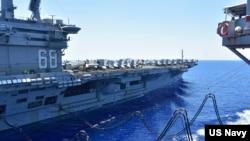 美航母尼米茲號在南中國海航行期間進行補給。(2020年7月7日)