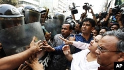 Bangladesh Nationalist Party office secretary Ruhul Kabir Rizvi and other activists try to resist as police push back a march during a strike in Dhaka, February 07, 2011
