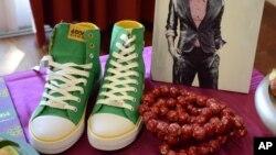 Koleksi sepatu dan kalung yang terinspirasi dari pakaian Nelson Mandela. (Photo: VOA)