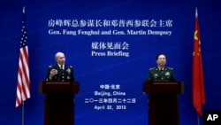 Tướng Martin Dempsey (trái), Tham mưu trường Liên quân Hoa Kỳ, và tướng Bàng Phong Huy, Tổng tham mưu trưởng quân đội Trung Quốc tại cuộc họp báo 22/4/13