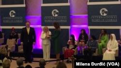 Olivera Lakić (u sredini) prima nagradu od prve dame SAD Melanije Tramp, dok pored nje stoji državni sekretar Majk Pompeo (Foto: VOA/Milena Đurđić)