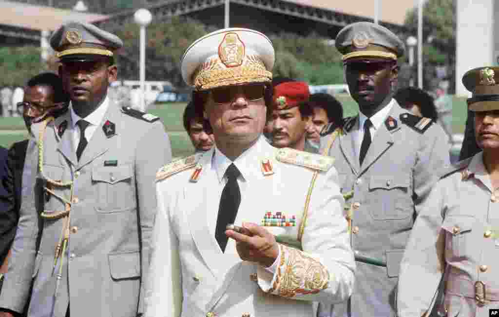 Libyan Head of State Colonel Moammar Gadhafi (C) reviews troops 03 December 1985 in Dakar upon his arrival for three-day official visit to Senegal, (AFP).