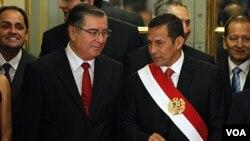 Presiden Peru Ollanta Humala (kanan) dan Prime Minister Oscar Valdes pasca pelantikan Kabinet Baru Peru di Istana Pemerintahan di Lima, Peru (11/12).