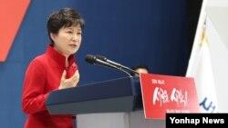 박근혜 한국 대통령이 9일 서울 잠실실내체육관에서 열린 새누리당 전당대회에서 축사를 하고 있다