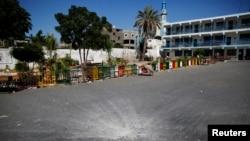 7月24日,一枚以色列炸弹击中加沙北部的一所联合国学校。弹坑就在校园中间。有些巴勒斯坦人为躲避以色列地面攻势而逃到了这里。