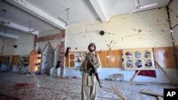 星期五巴基斯坦西北部遭到自殺炸彈爆炸的清真寺的現場