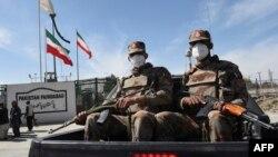 Tentara Pakistan melakukan patroli di dekat perbatasan Iran (foto: dok).