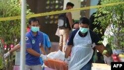 Petugas mengangkut jenazah sukarelawan paramiliter yang tewas pasca serangan di bagian selatan Thailand hari Kamis (10/1).