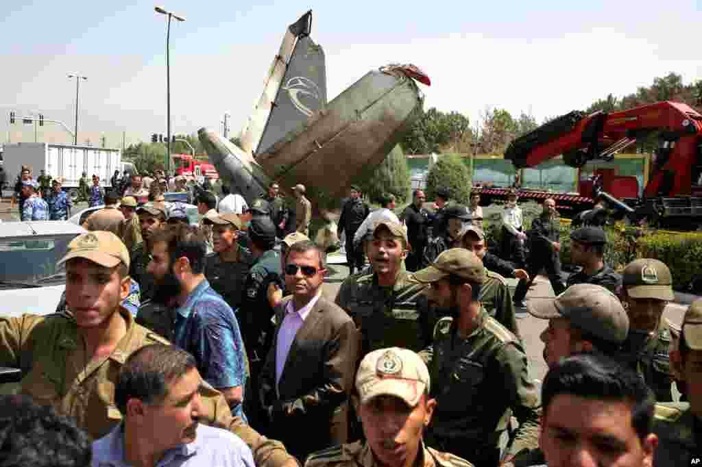 نیروهای پلیس و ارتش مردم را از محل سانحه به اطراف هدایت می کنند - تهران، ۱۹ مرداد ۱۳۹۳