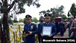 Mayor Penerbang Ivy Safatillah (37) yang meninggal dunia dalam test flight pesawat EMB-314 Super Tucano di Malang Jawa Timur hari Rabu (10/2) dimakamkan di Taman Makam Pahlawan Kusumanegara Yogyakarta Kamis siang (11/2).