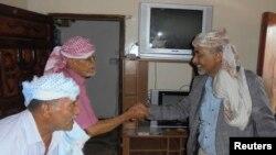 예멘 국방장관이 8일 사나를 탈출한 뒤 자택에서 방문객들을 만나고 있다.