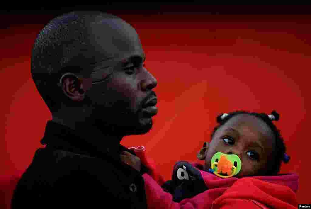 تصویری از یک مهاجر و فرزندش پس از آنکه توسط قایق نجات به یکی از بنادر در جنوب اسپانیا رسیدند.