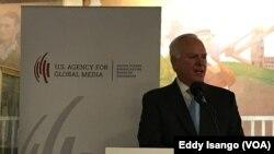 John Lansing, Pdg de l'agence de U.S. Agency for Global Media coiffant entre autres VOA lors de l'adoption du nouveau nom de l'agence américaine des médias internationaux (USAGM), Washington, 22 août 2018. (VOA/Eddy Isango)
