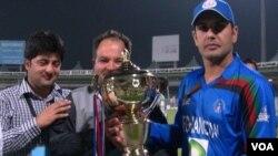کپتان تیم ملی کریکت افغانستان حین دریافت کپ قهرمانی