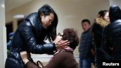 在治疗上海践踏事件受伤者的医院里,受害者家人焦急等待(2015年1月1日)