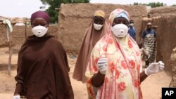 Local health workers clean up a family compound contaminated by lead in the village of Dareta in Gusau, Nigeria, June 10, 2010 (file photo).