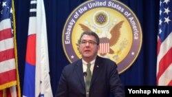 애슈턴 카터 미국 국방부 부장관이 18일 방한 중 미국대사관 공보과에서 기자회견을 갖고 있다.
