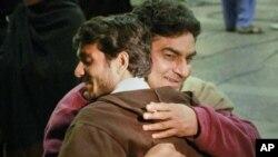 一名巴基斯坦人離開利比亞後與親人擁抱