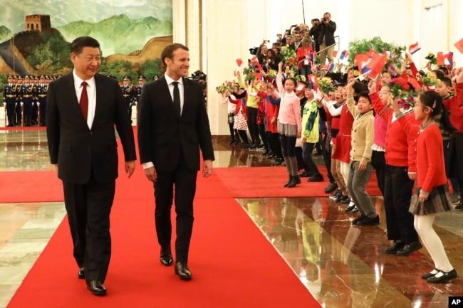 在北京人大會堂的迎賓儀式上,兒童們歡迎法國總統馬克龍與中國國家主席習近平。 (2018年1月9日)