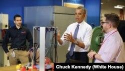 Tổng thống Obama được trình bày về máy in 3 chiếu khi đi thăm một cơ xưởng ở Pittsburgh