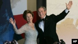 Laura Bush wears an Oscar de la Renta design at a 2005 inaugural party for her husband, President George Bush.