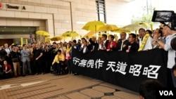 香港佔中9人被控公眾妨擾等罪開審,大批支持者到法庭外聲援。(美國之音湯惠芸)