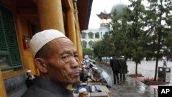 ایک چینی مسلمان زائننگ میں جمعہ کی نماز کے انتظار میں