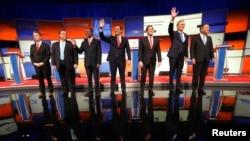 Kandidat Capres AS dari partai Republik (dari kiri): Sen. Rand Paul, Gov. Chris Christie, Dr. Ben Carson, Sen. Ted Cruz, Sen. Marco Rubio, Mantan Gubernur Jeb Bush dan Gubernur John Kasich berpose di atas panggung Debat Kandidat Capres AS di Des Moines, Iowa (28/1).