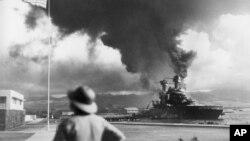 រូបឯកសារ៖ កប៉ាល់របស់អាមេរិកបានឆេះក្នុងពេលជប៉ុនវាយប្រហារលើ Pearl Harbor នៅហាវ៉ៃ កាលពីថ្ងៃទី៧ ខែធ្នូ ឆ្នាំ១៩៤២។