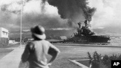 Yaponların Pearl Harbora hücumu zamanı ABŞ hərbi gəmiləri yanır. 7 dekabr, 1941.