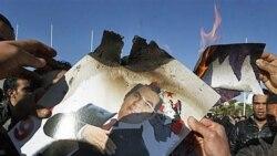 معترضان تونسی در تظاهراتی در پایتخت عکس زین العابدین بن علی، رییس جمهوری سابق تونس را آتش می زنند - ۲۴ ژانویه ۲۰۱۱