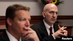 Tổng giám đốc công ty Mandiant Kevin Mandia (trái) và Giám đốc về An ninh Richard Bejtlich dự cuộc họp về an ninh mạng của Reuters ở Washington