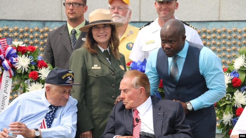 在华盛顿参加二战纪念仪式的前参议院多数党领袖鲍勃·多尔(资料照)