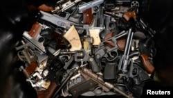 Tumpukan pistol terlihat bertumpuk dalam sebuah tempat sampah di Los Angeles, California, saat berlangsungnya program pembelian kembali senjata api di negara bagian itu (Foto: dok). Desert Tech, produsen senjata AS baru-baru ini dilaporkan menolak kontrak penjualan senjata ke Pakistan senilai $15 juta.