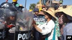 2014年12月22日,缅甸西北地区的中缅合资的莱比塘铜矿(Letpadaung copper mine),当地的农民与防暴警察发生冲突。冲突的起因是中国工人要在铜矿周围被当地农民认为是自己的土地上设立栅栏
