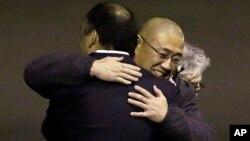 지난 2년간 북한에 억류되었다가 전격 석방된 케네스 배 씨가 지난 8일 미국 워싱턴주에 도착해 가족들과 포옹하고 있다.