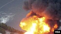 Gempa dan tsunami membuat kilang minyak di Ichibara, Jepang timur laut terbakar. Kilang-kilang minyak lain di sekitar lokasi gempa juga ditutup.