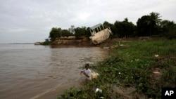 柬埔寨渔民在湄公河岸边撒网