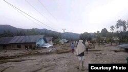 Batang-batang kayu yang ikut hanyut ke pemukiman warga akibat banjir bandang di desa Bangga, Kabupaten Sigi, Sulawesi Tengah. (29/4). (Foto: BPBD Kabupaten Sigi)