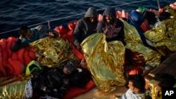 Para migran yang baru saja diselamatkan di lepas pantai Libya (foto: dok).