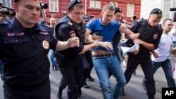俄罗斯警方在莫斯科短暂拘留反对派领导人亚历克谢•纳瓦尔尼