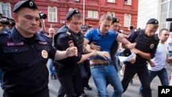 Thủ lĩnh đối lập Alexei Navalny bất ngờ bị cảnh sát lôi đi