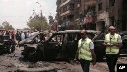 نیروهای امدادی در کنار خودروهای کاروان حامل هشام برکات دادستان کل مصر که توسط انفجار بمب هدف سو قصد قرار گرفتند - ۸ تیر ۱۳۹۴