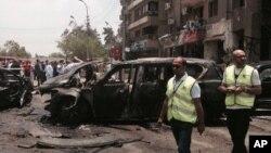 Investigadores na zona da explosão do carro-bomba que tinha o procurador-geral como alvo. Cairo, Egipto, Junho 29, 2015.